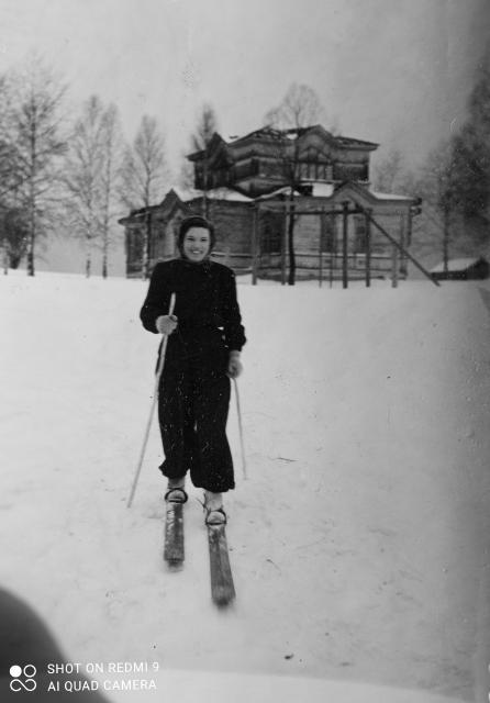 Конец 40-х годов XX в.Студентка Санчурского педучилища Тамара Целищева на каникулах фотографируется на фоне Богоявленской церкви